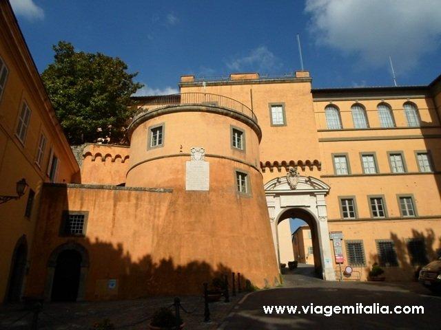 Fachada externa do Palácio Apostólico de Castel Gandolfo.